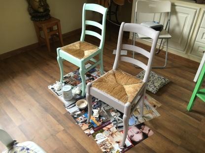 Silla pintada con Auténtico Chalk Paint mint y silla pintada con Chalk Paint gris Paloma, de Annie Sloan